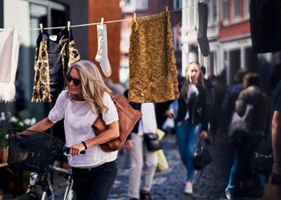 180089_Kvinde-p-cykel-i-Latinerkvarteret-i-Aarhus-foto-Runi-Photopop